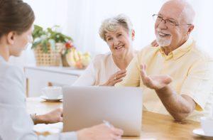 Hilfe bei der Organisation mit kompetenter Beratung durch Senioren-Assistentin Frieser